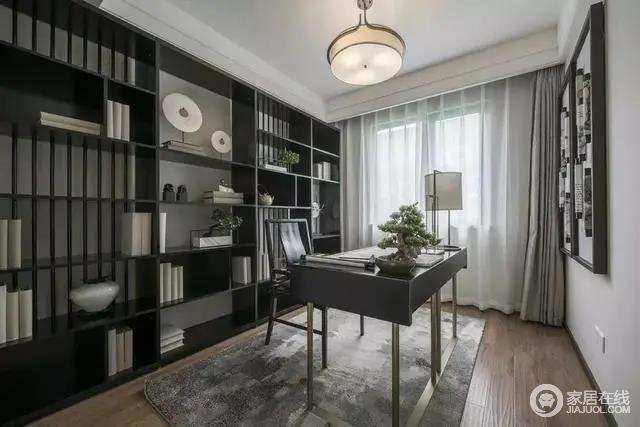 书房布置着金属架+黑色台面的书桌,还有一席复古灰色的地毯,后方的黑色展示书架,摆上书籍与展示品,让工作与阅读都有着更加端庄禅意的氛围。