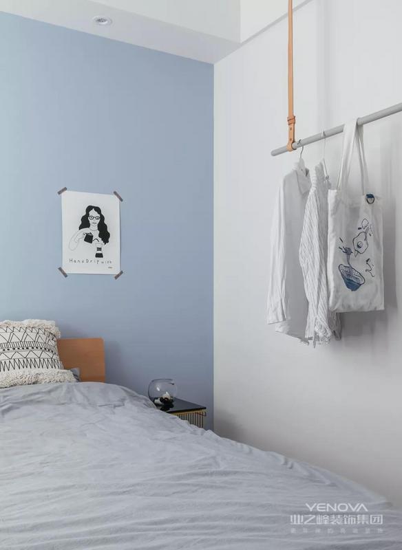 主卧墙面被一色的清爽蓝占领,感觉会让夏天的炎热瞬间降了好几度。