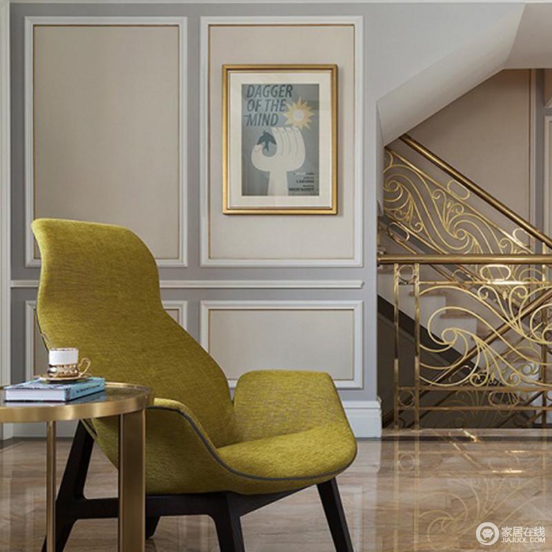 二层的走廊被浅灰色和米色漆粉刷,同时填补了几何石膏造型,让墙面也具有了造型感;抽象地挂画搭配黄铜雕花楼梯,精致纷呈;黄铜圆几的工业时尚与北欧风的青柠色木凳组合出小惬意和雅致,让生活愈发得意。