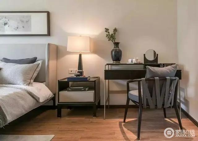 床头旁边的梳妆台摆设,摆上花瓶床头柜与床头灯布置,让空间显得更加端庄档次。