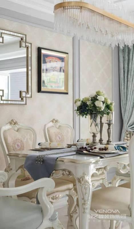 为了避免金属材质的厚重感,设计师以白色调搭配木质地板为基底,清爽通透的效果下,简单的装饰也能拥有艺术品般的魅力