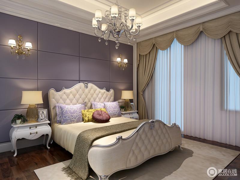 次卧简洁布置突显情调;床头深紫色方格软包神秘魅力,呼应印花靠垫,赋予空间素敛浅淡的浪漫;缱绻曲线雕花双人床绗缝规整优美,与床头展现灵动层次;对称白色床头柜上,灯饰时尚现代,色调与床旗及窗帘呼应出愉悦温馨。