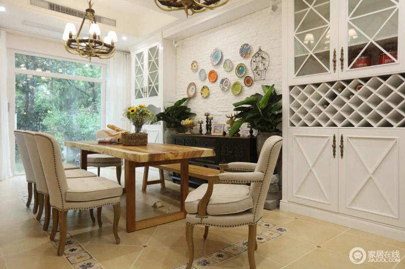 一个大的落地窗可以邀请室外大自然的勃勃生机到家里来,与室内的风格呼应,让人在就餐时有置身大自然的舒畅感。
