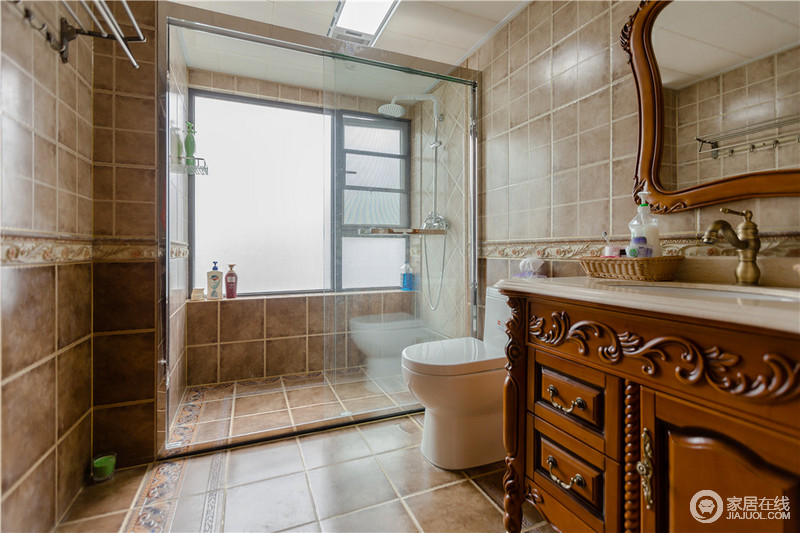 卫生间干湿分离,解决了打理上的麻烦,而褐色砖石的仿旧,与美式复古的盥洗柜构成一种美式沉淀,让空间稳重而利落。
