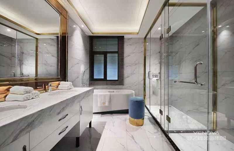 浴室以大理石瓷砖为主体,配合天花板,让浴室显得温暖整洁而舒适。小窗的设计是为了让浴室可以自然通风,保持干燥,也是助于浴室的水汽。