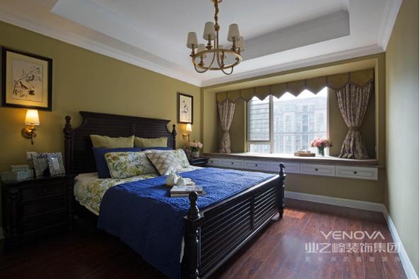 奶咖绿的墙面配上花鸟的装饰画,搭配蓝绿色系的床品,让整个空间显得温馨自然。