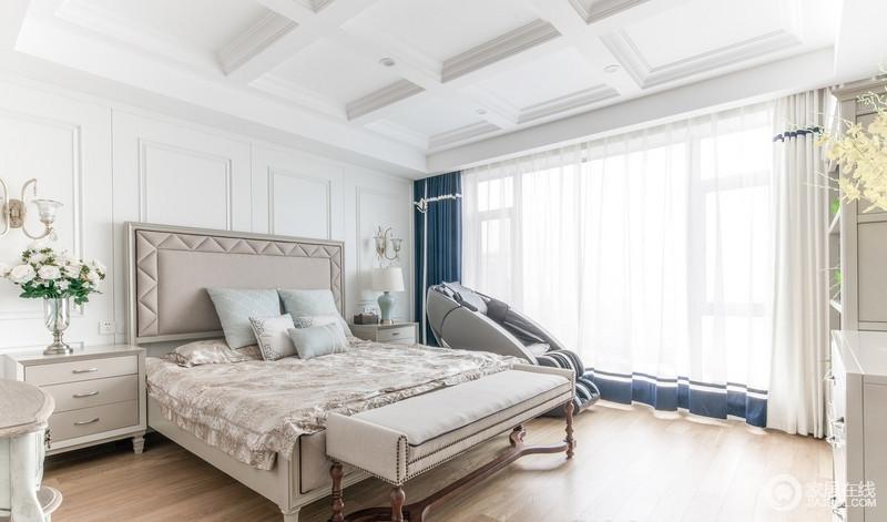 主卧陈设去除繁杂,素雅地浅棕色成为空间的主色调,白色和藏蓝色窗帘调和出空间的别致;现代美式家具搭配螺纹木床尾凳赋予空间些许复古,交织出温馨、有质感的生活。