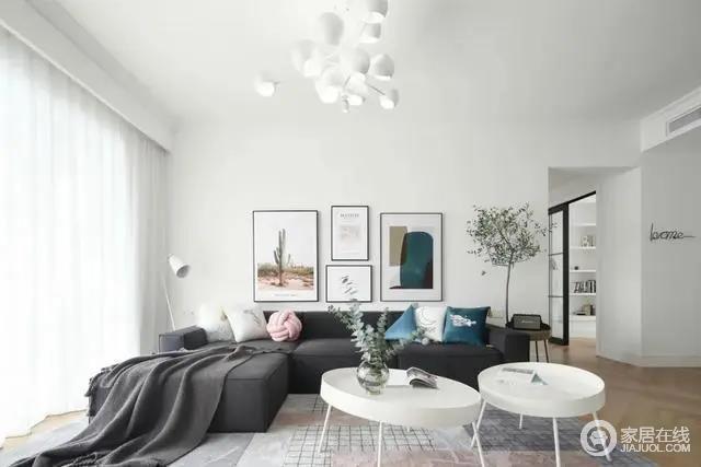 沙发墙在净白的基础挂上几幅简约舒适的装饰画,布置上灰色布艺沙发,还有闲适的软装摆设,让空间显得轻松而又从容。