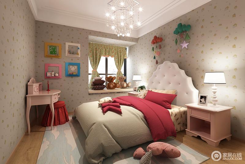缤纷活泼的印花壁纸,铺满了整个儿童房,在卡通配饰和多彩的画框点缀下,充满了活力童趣;璀璨的水晶灯,灿烂的光芒使粉红、绛红色的家具和床品,释放出浓郁的甜美浪漫气质;蓝色地毯上白云朵朵,如壁纸上印花,朝气梦幻。