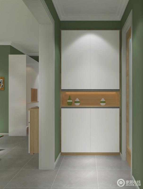 门厅的空间看似狭小,但是设计师定制了一个顶式收纳柜,白色的板材与绿色立面构成清新与干净,无疑让主人回到家的时候,便能感受到一阵舒爽。