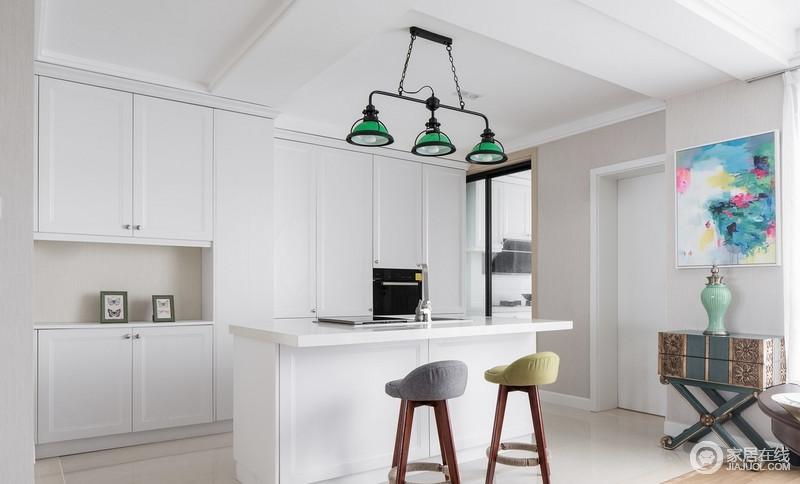 全白的厨房设计,给人淡雅清爽的空间感,整个空间以收纳为中心,而高台旁的北欧木椅和绿色铁艺吊灯,为生活带来些许轻松。