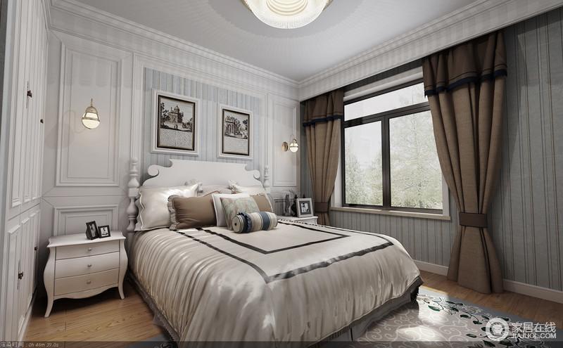 卧室以白色板材作装饰,并以古典的造型呈现出了线条美感,搭配浅蓝色条纹壁纸,更显雅静;家具、配饰及灯具都以对称的方式陈列出了和谐与实用,丝制床品与褐色窗帘以反差渲染了朴素和温馨。