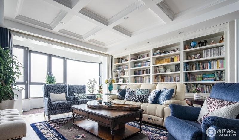 客厅淡雅方正的天花板石膏线与现代定制书柜相搭配,延续几何设计的立体感,使其融会空间之中,铺陈出简约的美式风格;驼色沙发搭配蓝色靠垫,给予空间柔和与优雅,让生活素静而别致。