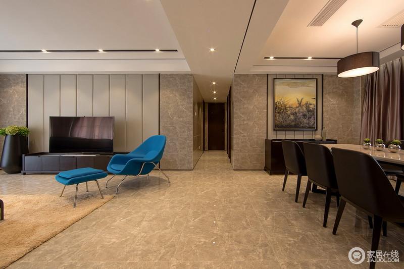 走廊简单、宽敞,灰色地砖的铺贴利落而不失生活的朴质,客厅中蓝色单椅与餐厅的大幅油画,给空间着色,也成就了生活的都市风。