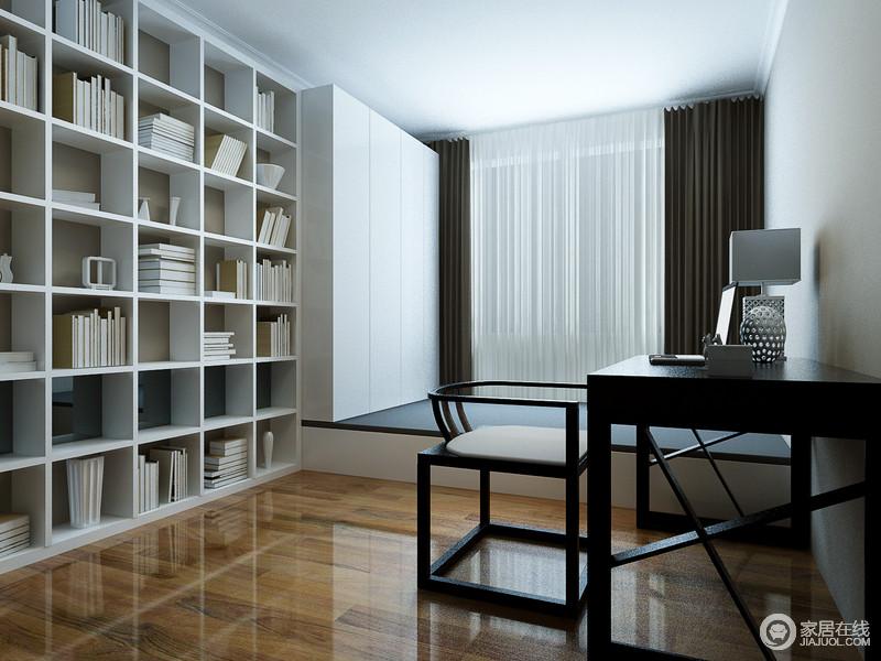 书房的一侧墙面整体被用来作为书架和衣柜储物使用,白色打底,显得清新文艺;榻榻米的设计,使书房兼具了休憩与休闲功能;黑色的书桌厚重大方,搭配了一方中式座椅,令空间多了儒雅古意。