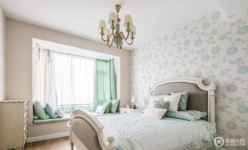 床头背景墙采用浅蓝色暗花墙纸,搭配绿色暗花床品和床品,与飘窗的布艺饰品想组合,构成家的清和;而美式复古风的吊灯与之完美呼应,营造出一个浪漫又舒适的卧室。