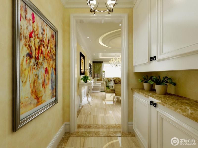 玄关走廊以米黄色壁纸打底,柔和雅淡的色调烘托出明快气息;白色上下柜充分利用墙面,台面也选择与背景色调一致,在实用性中不乏视觉上的呼应;悬挂的水彩画作,色调饱满耀眼,瞬间为空间渲染出艺术气息。