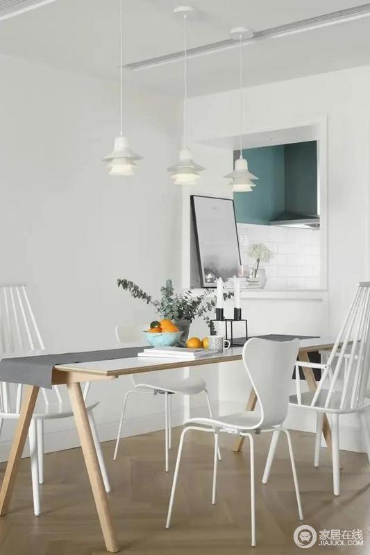 餐厅与厨房之间以开放的室内窗设计,通透空间让空间显得更加的宽敞舒适时尚。