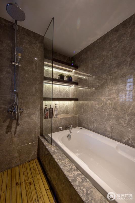 卫生间内简单的设计了浴缸和淋浴,满足主人不同的沐浴需求,给予生活不同的方式;而墙体设计得储物柜将空间利用得恰如其分,规整之中,突出了收纳哲学。