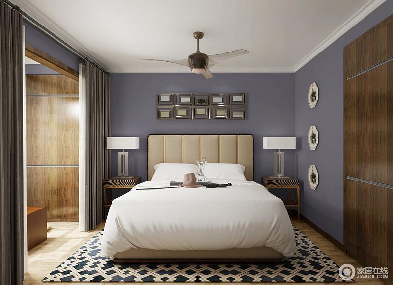 卧室的墙面粉刷紫色漆,柔雅而富有轻奢感,墙面的摆饰点缀出一种几何艺术,而黑白条纹黄铜床头柜搭配台灯对称之中,张扬一种轻奢;几何地毯与白色无瑕地床品,动静之间,构成舒雅和时尚。