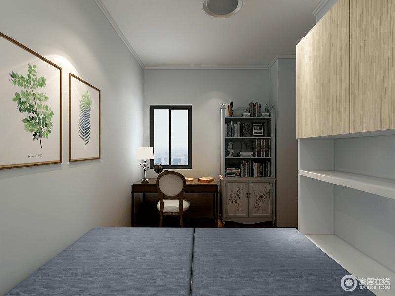 次卧空间局促,设计师用榻榻米增强空间的实用功能;靠窗区布置了棕红木书桌椅,搭配着浅绿色复古书柜,既有层次又体现拙素朴质的格调。