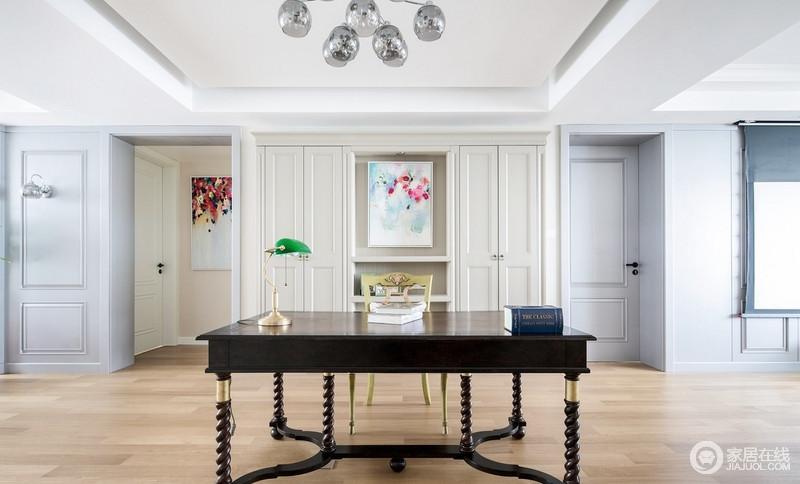 书房空间宽阔,几何石膏墙搭配米色储物柜,让原本铺贴了木地板的空间更为温实安静;现代风格的抽象挂画成为空间的点缀,缓解了美式螺纹书桌的厚重,搭配现代风格的玻璃吊灯,营造出与众不同的的读书氛围。
