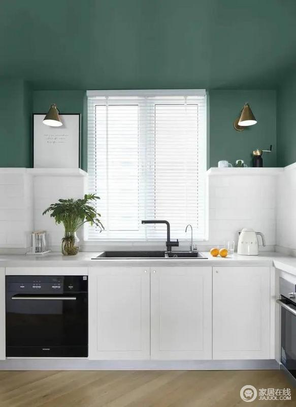 厨房定制上白色橱柜,墙身以白色砖+深绿色的墙顶设计,让做饭的空间也是充满文艺雅致的气息。