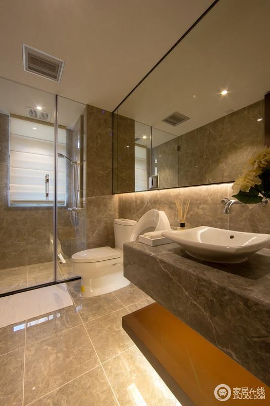 卫生间以玻璃门解决干湿分区的设计,让空间在不失采光的前提下,让日常生活更为简洁利落;镜面吊柜和灰色盥洗台因为灯带的装饰,展现了线性之光的简洁和利落,让空间愈加大气。