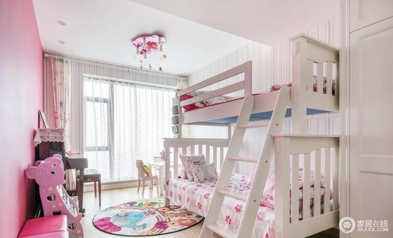 儿童房以粉红色为主,生动和谐,让两个女孩可以编制公主梦,双层支架床解决了功能性和空间上的问题,搭配家具和彩色明艳地毯等软装饰品,让生活格外甜美。