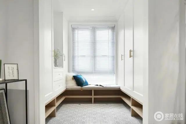 玄关是个小空间,定制上大面积的鞋柜收纳柜,靠窗是一个定制换鞋凳,让换鞋也有更加方便舒适的体验。