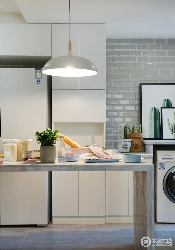 厨房互动的设计让主人可以一边忙家务,一边招呼客人,一笑一语间承载着幸福;白色储物柜搭配餐桌实用而简单,即使餐桌摆放的略显杂乱,却足够有生活气息。