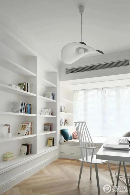 书房装了一面大尺寸的开放书架,靠窗定制飘窗成为一个闲适情趣的阅读休闲空间,让生活更有文艺气息。