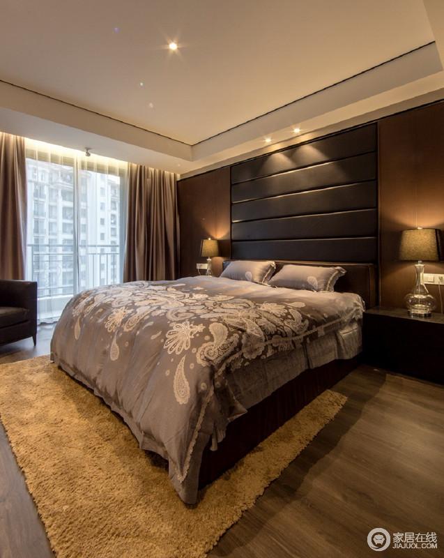 卧室线条简洁利落,褐色板材打造得背景墙足够稳重,与灰色木纹地板,奠定了空间的沉静;对称式的家具让空间俞显和谐,而灰色花卉床品和驼色地毯、灰褐色窗帘调和出了生活的温馨。