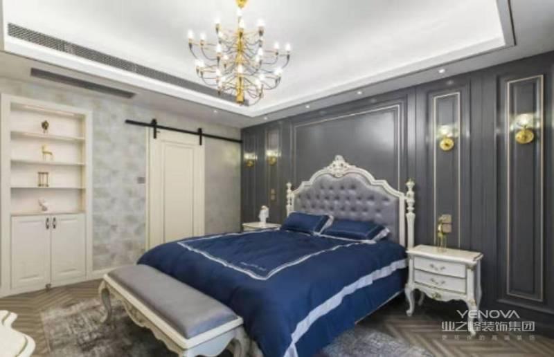 主卧室延续公共空间的灰白基调,定制灰色护墙板,地面浅灰色实木人字拼地板搭配浅灰色墙布,家具也也延续了白色烤漆和灰色皮质的组合。