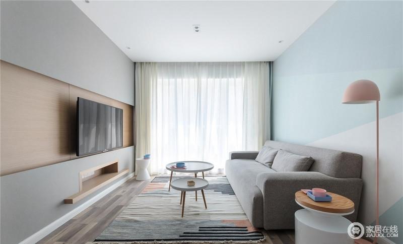 这间房的主人是位年轻人,灰色和蓝色漆让整个墙面素雅而清淡,白色纱幔搭配灰色沙发,营造了素静;北欧茶几、拼色地毯和个性的桌几、粉色落地灯张扬北欧大气。