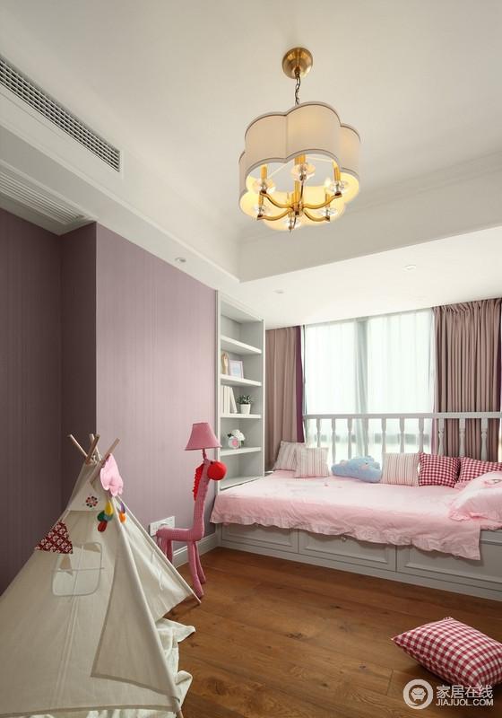 粉色调的儿童房,有供孩子们玩乐的空间,榻榻米床靠窗放置,与书柜靠近,便于学习,而场景式的玩具为孩子营造了一个足够童趣的世界。