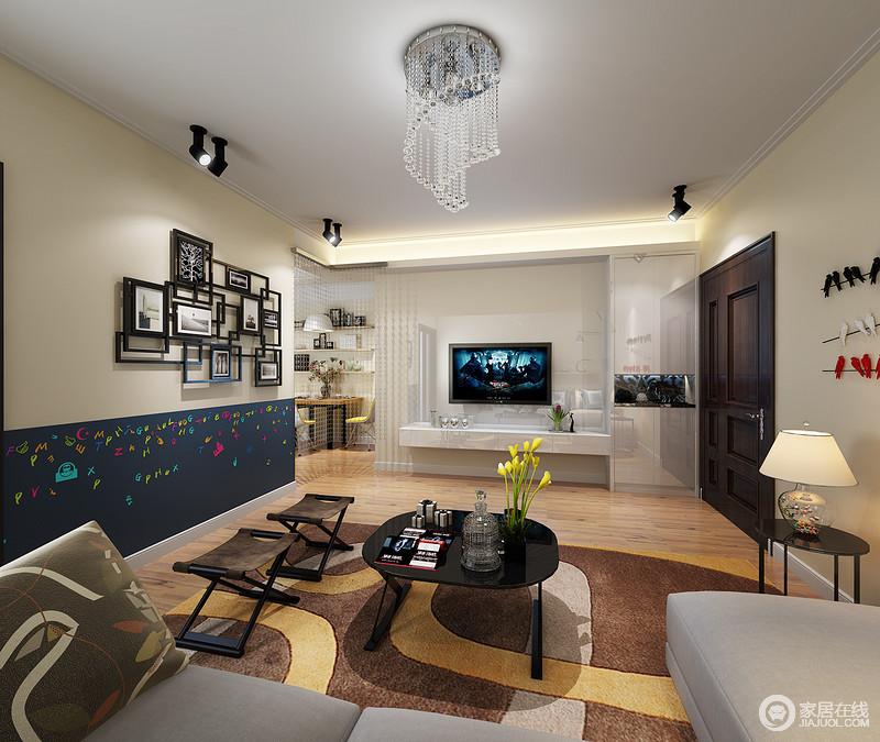 客厅运用了不同的色系搭配,充满了文艺情怀;电视墙以白色理石拼接玻璃材质,减弱了收纳柜的存在感;通往餐厅的垭口,缀以珠翠,与水晶灯饰呼应,彰显浪漫情调。