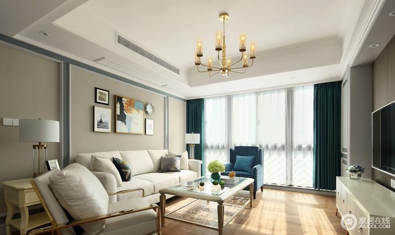 蓝绿色单人沙发与墨绿色窗帘相呼应,带给人视觉愉悦感,营造了静谧雅致的空间氛围,而米白色沙发和驼色墙面渲染纯净,让人徜徉在惬意中。