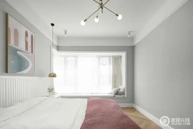 主卧空间以浅灰色的主体,布置上现代舒适的床铺,粉白配的床单,床头墙再挂一幅轻奢范的装饰画,搭配黄铜质感的吊灯,让卧室显得华丽优雅而自然。