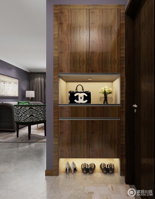 门厅的设计十分精炼,墙体内嵌入的胡桃木鞋柜合理地利用了空间,做到了小而精,内嵌地灯带带来一种光的和暖,让空间不再单一。