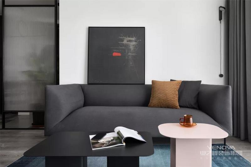 本案屋主钟情极简主义,色彩上选择理性的黑白灰,追求实用性与舒适感,整体营造出一个高级而有质感的空间氛围。
