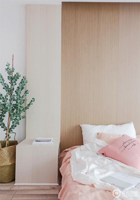 卧室的原木床头柜线条流畅,与原木床头柜形成原始朴质;浅粉色的床品,搭配白色靠垫柔软舒适之余,在绿植的妆点中,平衡出安适。