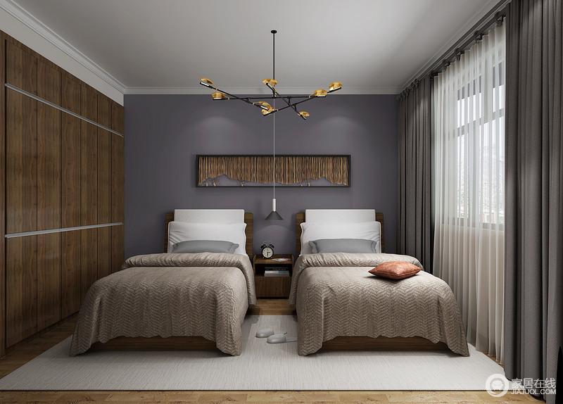 卧室从吊顶到每个空间角落,都设计得十分利落,嵌入式胡桃木衣柜既实现了功能上的需要,又不占用太多的空间,更利落大气;两个木床以驼色床品与地毯、窗帘构成中性之调,让生活更为舒适、沉寂。