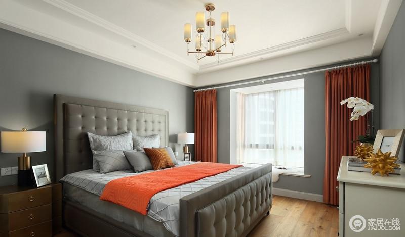 卧室涂刷了灰青色漆,搭配灰色床头,却利用橙色窗帘和毛毯作为点缀,冲撞之中,打造美式时尚,冷静沉稳又出挑,却也足够温馨大气。
