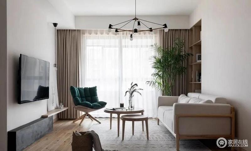 客厅以木色和白色为主色调,很舒适,也很自然,中性色的窗帘营造温和;线条简单的空间,木地板增加了空间的自然纯粹,搭配白色和个性地实木家具,俞显格调。