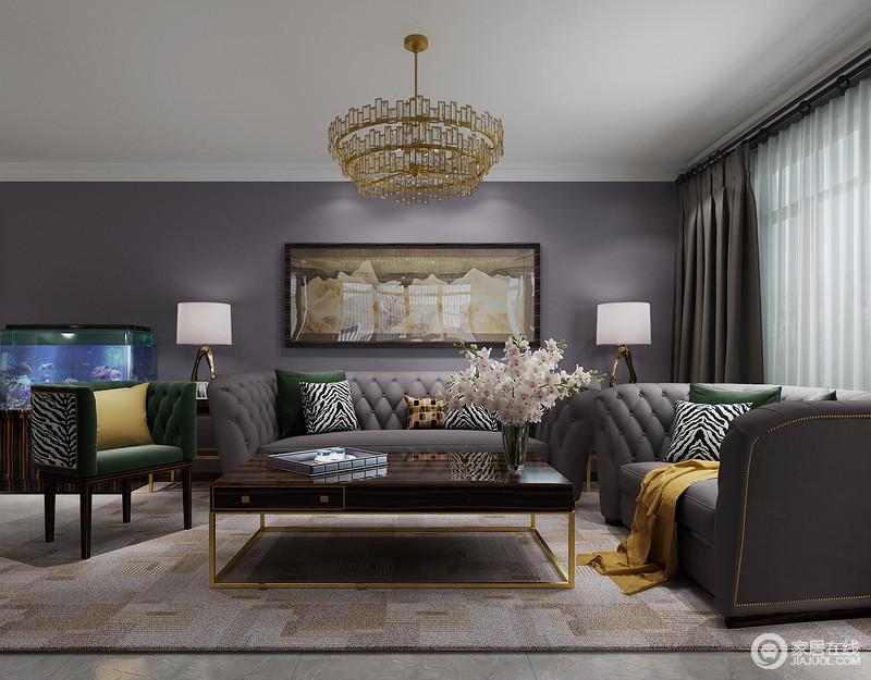 客厅的背景墙底色为中度灰,并搭配花朵的挂画,扫去墙面的单调,现代古典沙发组合带着精致和时尚,让空间立刻轻奢感爆棚;金属底座的茶几、水晶吊灯,反衬出搭配上讲究和大气。