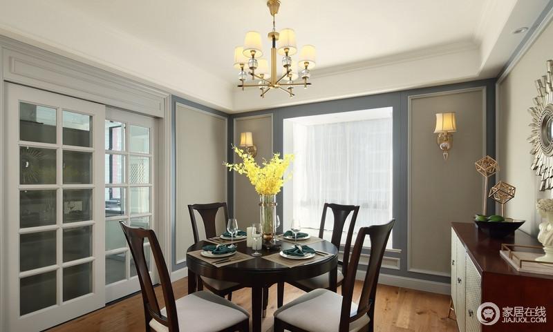 餐厅粉刷了驼灰色漆,并用藏蓝色勾边,粉刷出了几何感,配上深棕色桌椅,则变得温馨和煦;厨房与餐厅以玻璃推拉门区分空间,解决了油烟的问题,营造出一个洁净精致的空间。