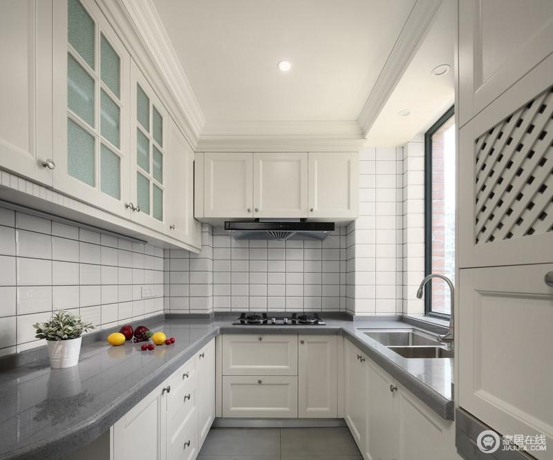 白色的橱柜搭配灰色的台面,相互映衬,简单利落,既实现了储物的需求,也让整个空间格外亮堂。