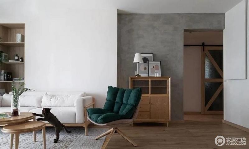 整体空间以灰、白为主,反差之中,营造层次,白色沙发柔软,木质桌柜子的硬朗,都在诠释材质艺术;角落的大盆绿植为空间增添了一点生机,与墨绿沙发椅的复古,丰富色彩层次的同时,也稳住了空间气场。