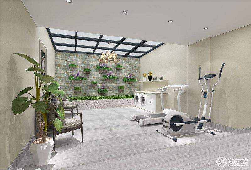 休闲室的另外一侧是以运动健身为主,阳台部分以玻璃天窗设计,空间盈满温暖的日光。素朴古雅的砖墙上挂植的布置及绿化带,将自然的氧气清新注入。